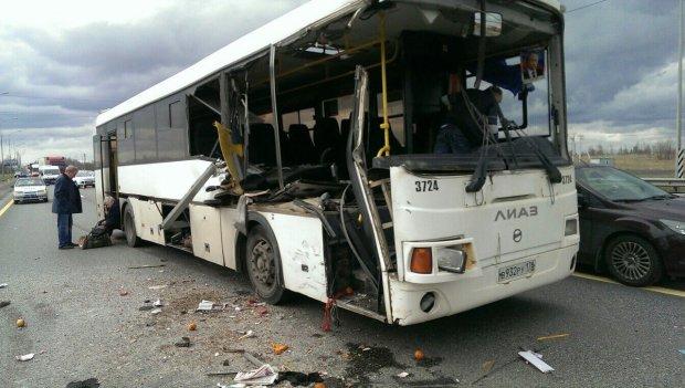 Фатальна ДТП із забитим автобусом перетворила дорогу на пекло: вісім життів в обмін на дурість