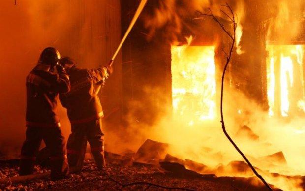 У Києві автомийка згоріла вщент: фото