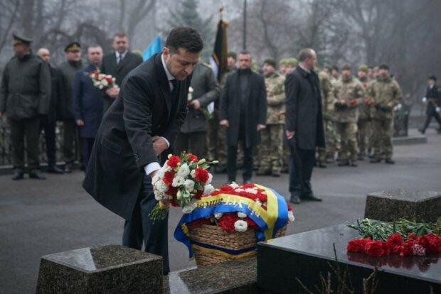 Зеленский почтил память героев Крут и сравнил студентов с молодыми бойцами на Донбассе