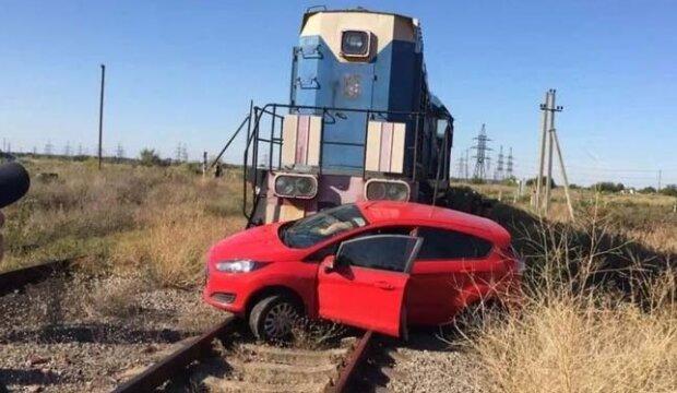 """Під Дніпром водій авто не помітив потяг - """"Тягнув по коліях півсотні метрів"""""""