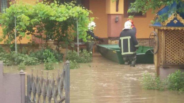 Прикарпаття затопило - наджорстока повінь змиває села, мости і дороги, тікати нікуди