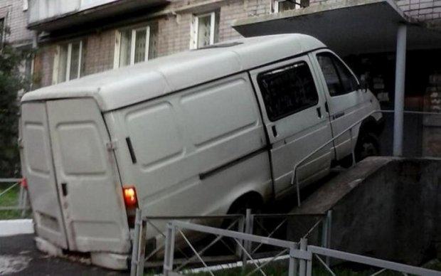 У Києві автомобіль на швидкості в'їхав у житловий будинок: фото