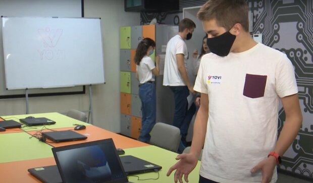"""Днепровские школьники придумали """"умную"""" маску: у коронавируса нет шансов"""