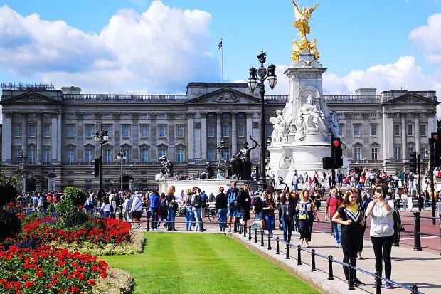 Трижды пробрался во дворец и украл белье королевы - преследователь первого лица Британии упал с моста и умер