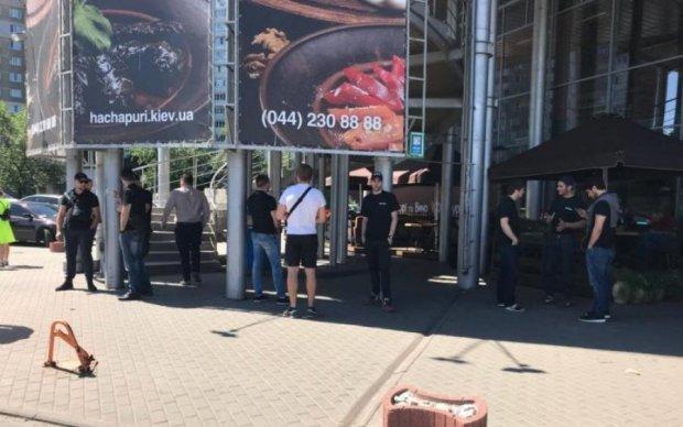 "В Киеве путинские титушки разгромили торговий центр и закрыли ""Ашан"""
