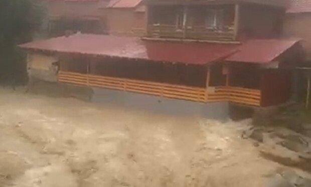 В Яремче бушует водопад-убийца, люди в ужасе - сносит все на своем пути