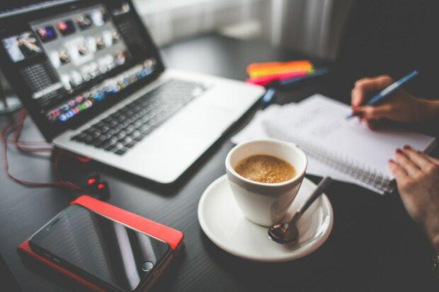 ноутбук і кава