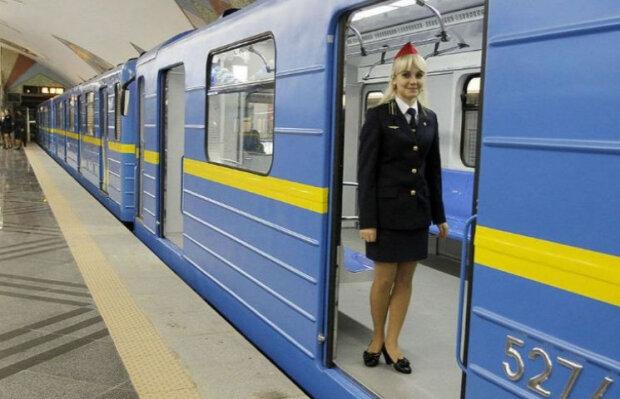 """Очень горячо: киевлянка сделала """"это"""" прямо в вагоне метро, - незабываемое видео"""