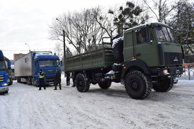 Гвардейцы помогают спасателям, facebook.com/mvs.gov.ua