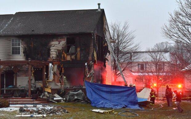 В США самолет упал на жилой дом, фото: The Detroit News