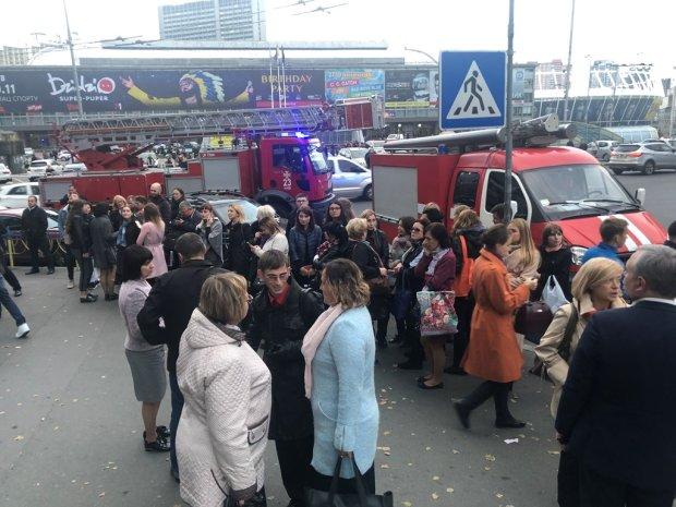 Мінсоцполітики палає у вогні, евакуйовано сотні людей: відео з місця пожежі