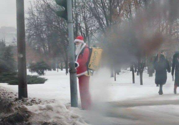 """Курьер Glovo дарит харьковчанам новогоднее настроение: """"А подарки разносит?"""""""