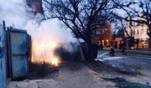 Mercedes врезался в столб и чуть не сгорел (фото, видео)