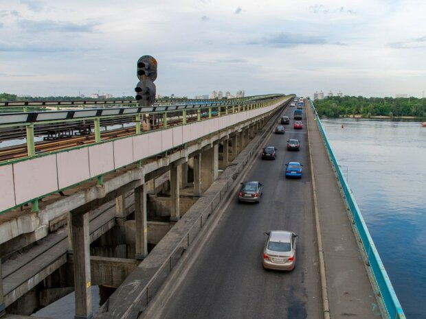 Теракт на мосту Метро в Киеве: ситуация выходит из под контроля, на место прибыли БТР и снайперы
