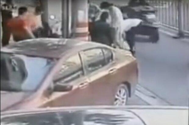 Родила на улице и пошла дальше — роды на тротуаре сняли прохожие