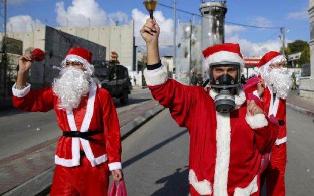 Эхо праздника: толпа Дедов Морозов устроила побоище посреди улицы, видео
