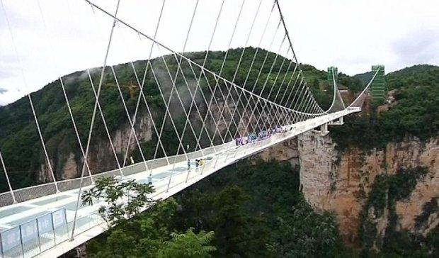 Китайцы уничтожали стеклянный мост на безумной высоте