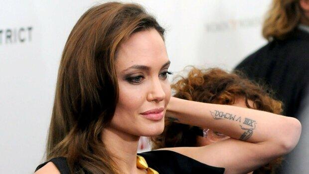 Тату Джоли на предплечье. Фото с сайта Без макияжа ру