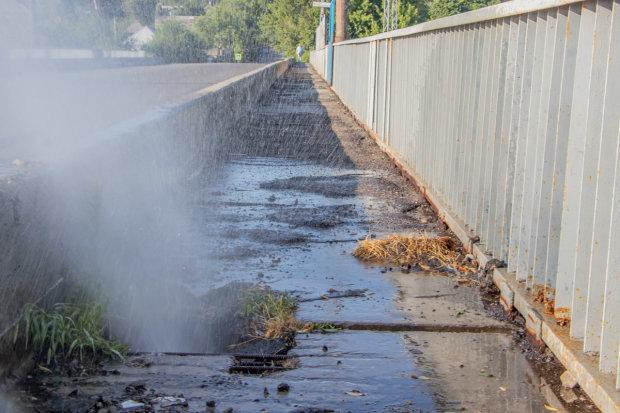 """Днепрян """"прохлаждают"""" под фонтаном: вода бьет прямо посреди улицы, доставайте купальники"""
