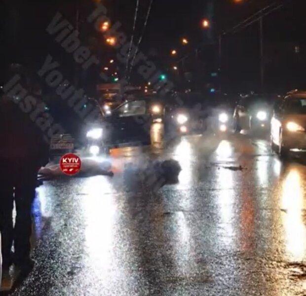 """Голый киевлянин устроил """"шоу"""" на трассе, фото: Киев Оперативный"""