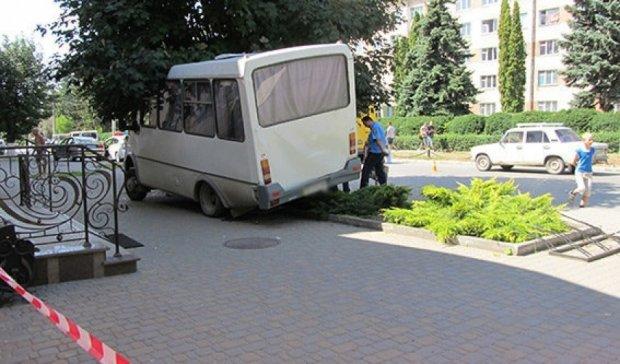 У Кам'янці-Подільському водій маршрутки знепритомнів і в'їхав у дерево