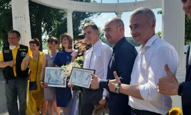 Молодожены из Тернополя довышивались до рекорда Украины