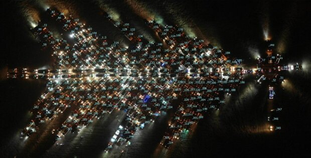 """Гигантская """"автоелка"""" из Харькова поразила Украину: уникальные кадры рекорда"""