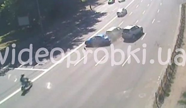 Видовищна аварія на Печерську потрапила в об'єктив камери (ВІДЕО)