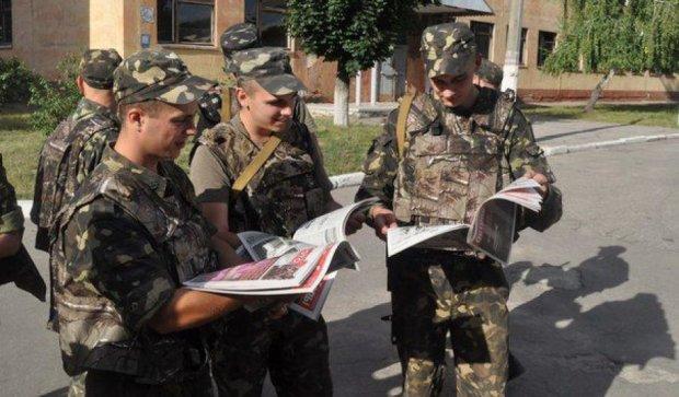 Волонтери надрукували кишеньковий довідник про перемоги українців