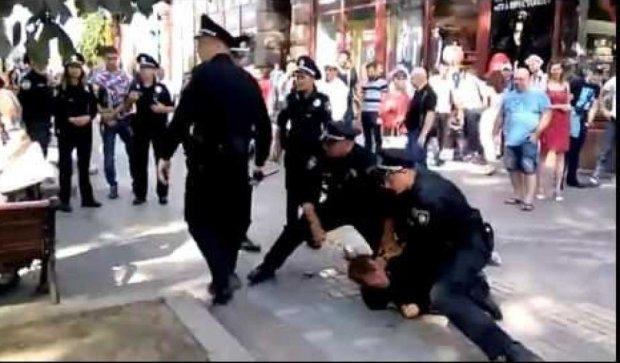 Поліцейські «скрутили» буйного п'яницю на Хрещатику (відео)