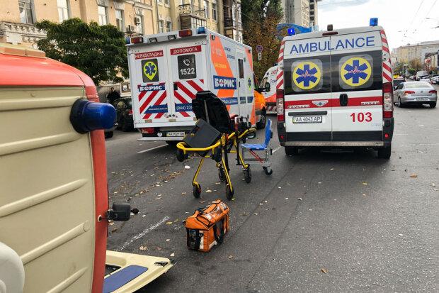 У центрі Києва перекинулася швидка допомога з пацієнтом