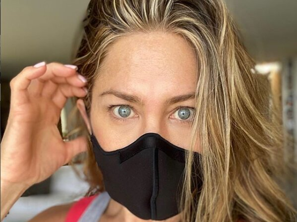 Дженніфер Еністонпочала підготовку до Еммі: не видно ні носа, ні брів, заховалась за тканинною маскою