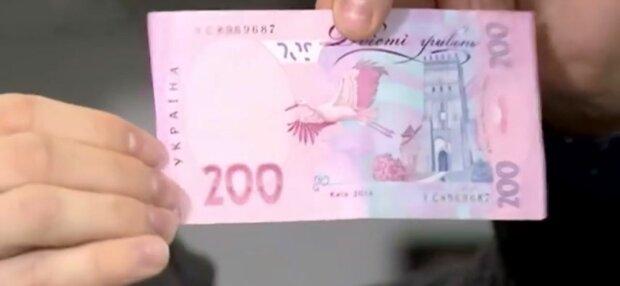 Запоріжцям пачками продають фальшиві гроші