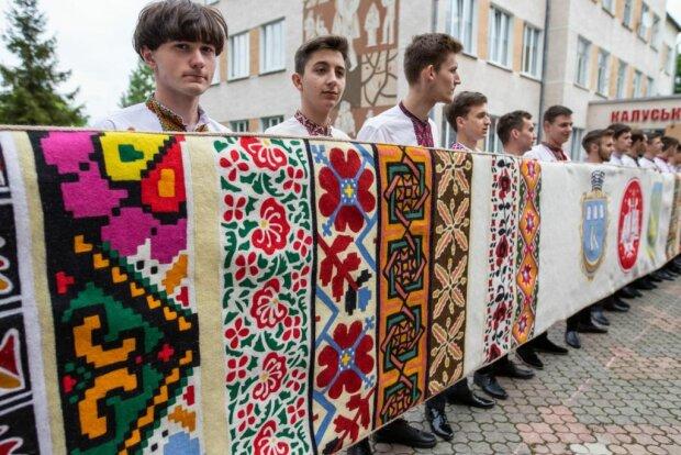 Прикарпатці показали 10-метрову гордість: дивися і плач, Путін