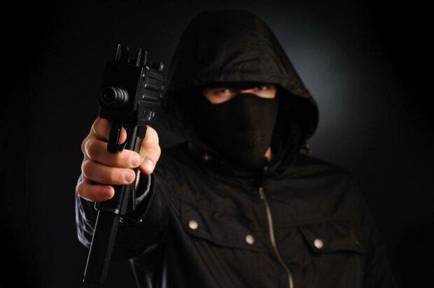 У Кривому Розі злочинець пограбував банк і покремсав ножем співробітницю: подробиці жахливого інциденту