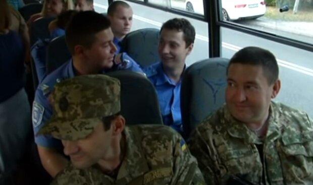 Киевский военкомат эпично наплевал на карантин - призывников согнали в одну кучу, без масок и совести