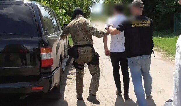Копы накрыли опасных наркоторговцев в Хмельницком: запрещенных веществ на 2 миллиона, не считая оружия