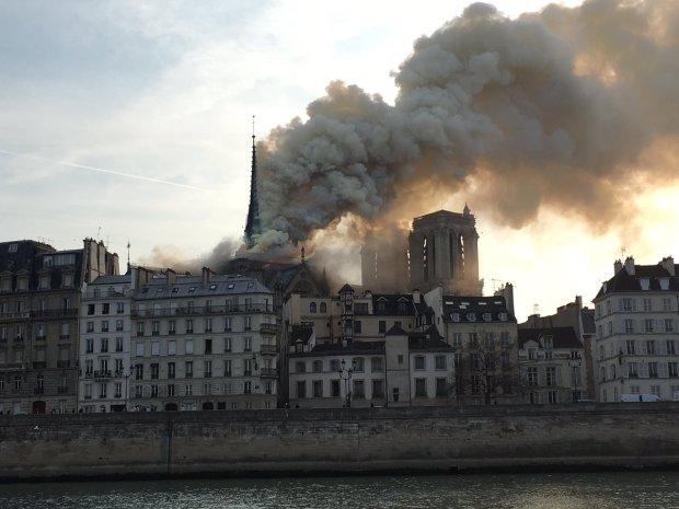 Журналіст-екстремал показав палаючий дах Нотр-Дам де Парі: історичне жахіття від першої особи