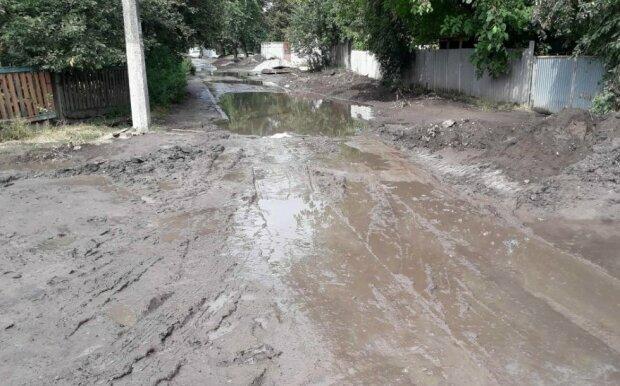 """У Борисполі вулиця після зливи перетворилася на болото: """"Кому грязьову ванну?"""""""