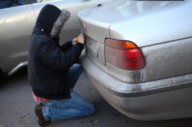 Менял номера, как перчатки: в Киеве вор раздевал авто и оставлял послание