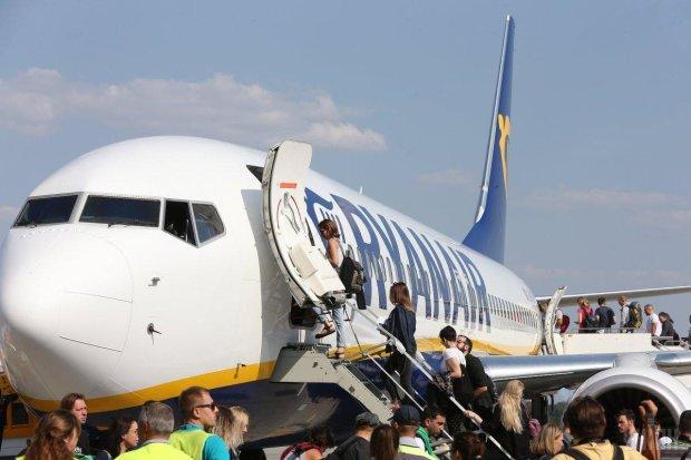 Неизвестный яд едва не убил десятки украинцев на борту самолета