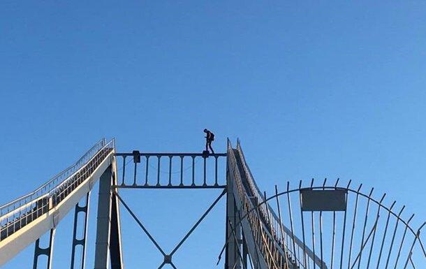 Трое детей залезли на Южный мост ради лайков: снимали спасатели, - дома ждет ремень