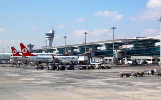 Дим та масова евакуація: у аеропорту щось відбувається