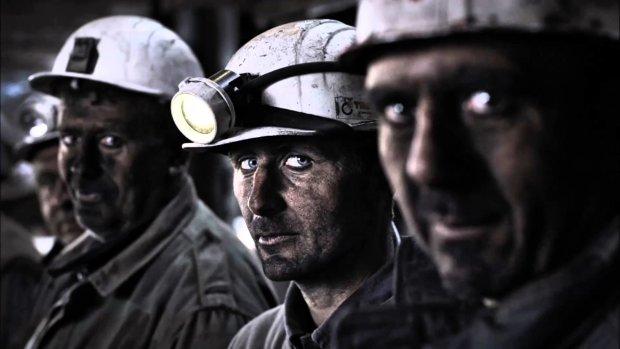 В чудовищном ДТП погибли 20 шахтеров: спасатели собирают трупы по трассе
