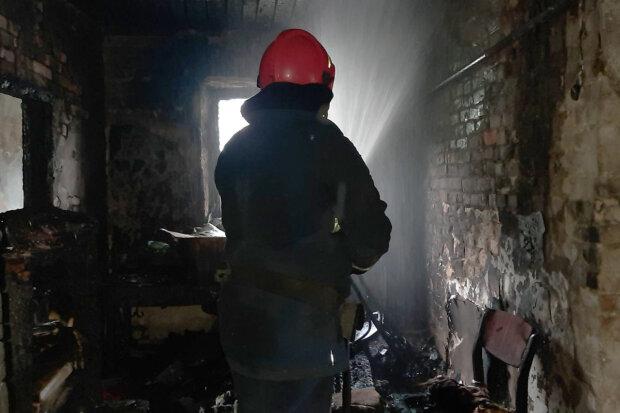 На Хмельнитчине из горящего дома спасли его 11-летнюю девочку, фото km.dsns.gov.ua