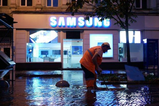 Плаваючі авто і повалені дерева: з'явилися кадри масштабів київського апокаліпсису