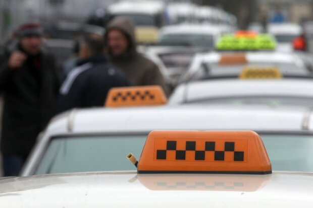 С одного удара: в Киеве глухонемой таксист отправил в больницу курьера-иностранца
