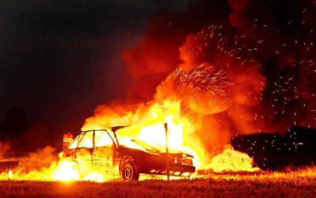 У Львові підпалили автівки чиновника: відео
