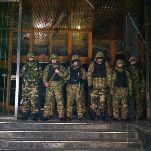 Автоматникам Коломойського дали добу на роззброєння