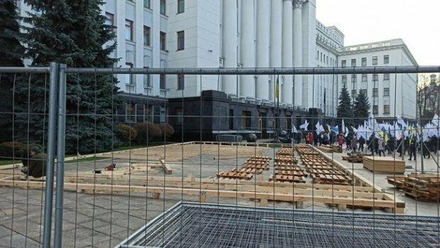 Под офисом Зеленского появится каток - в разгар протестов и пандемии